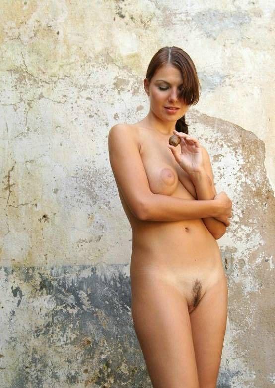 Девушка позирует на улице голышом