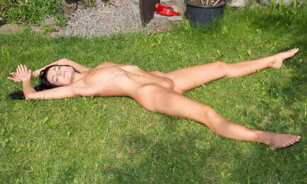 Голая девушка в саду