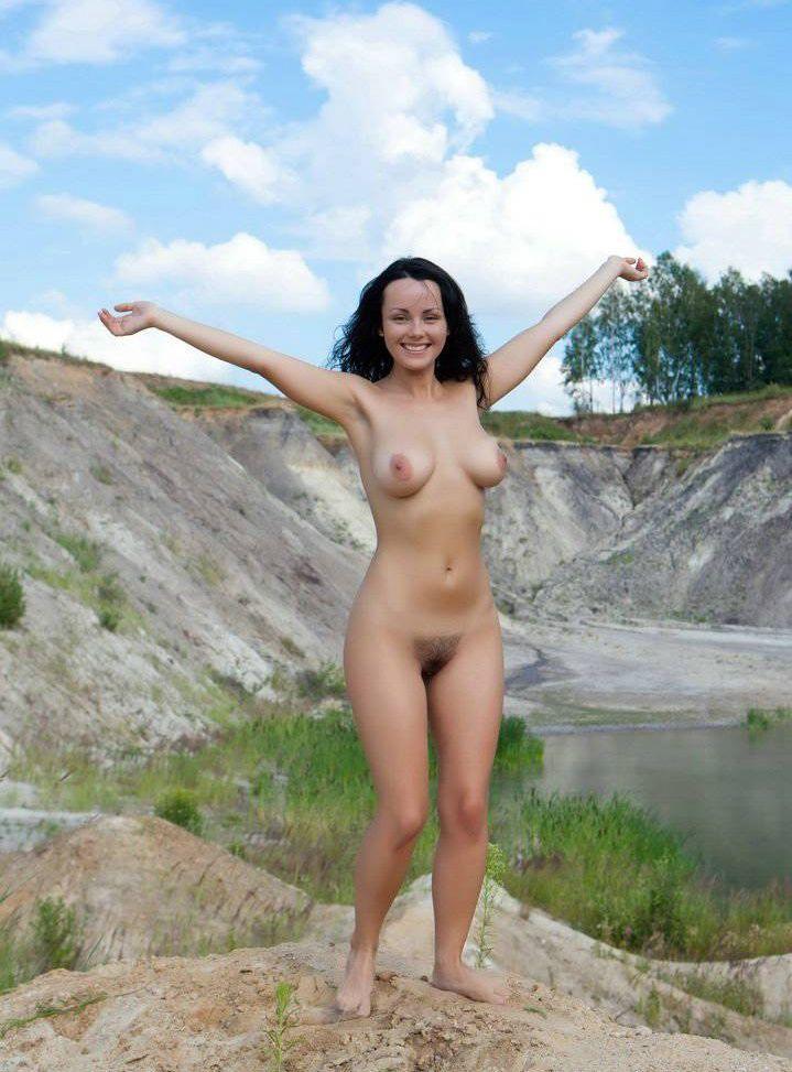 Голая девушка с мохнатой киской