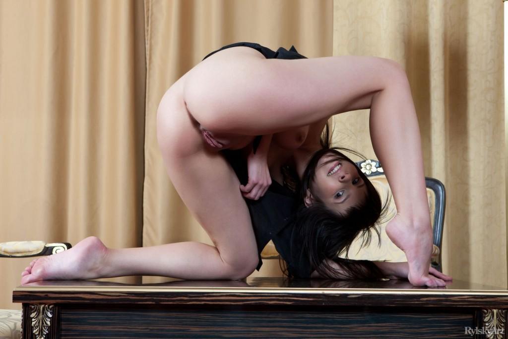 Черноволосая девушка с красивой киской