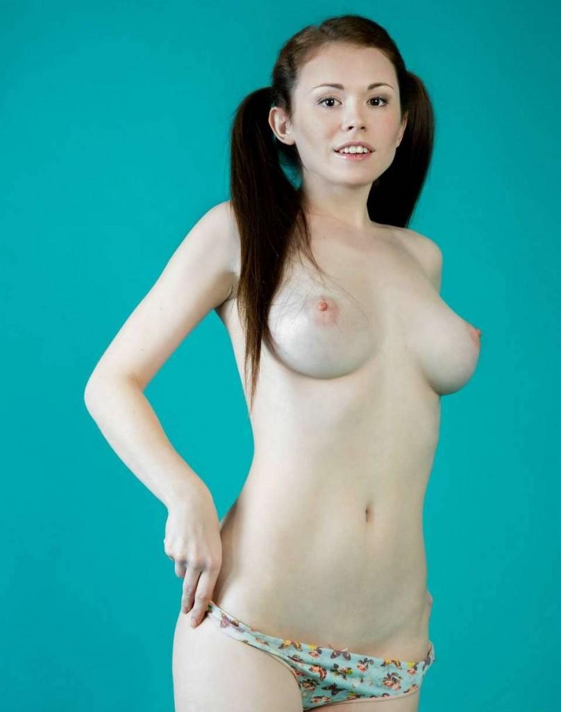 Красивая грудь брюнетки