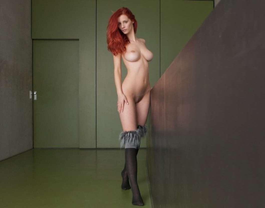 Голая рыжая девушка с красивой грудью
