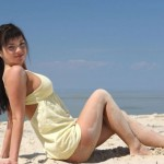 Красивая девушка разделась у моря