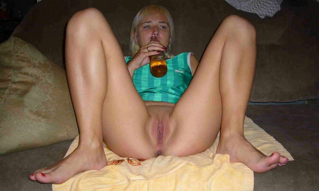 Фото молодой голой блондинки