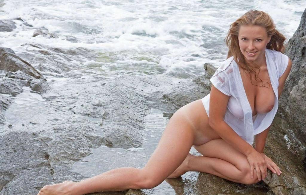 Частные фото голой девушки у моря