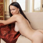 Сексуальные фото жгучей брюнетки модели