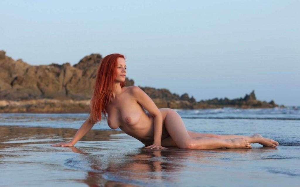 Фото девушки у моря Ariel