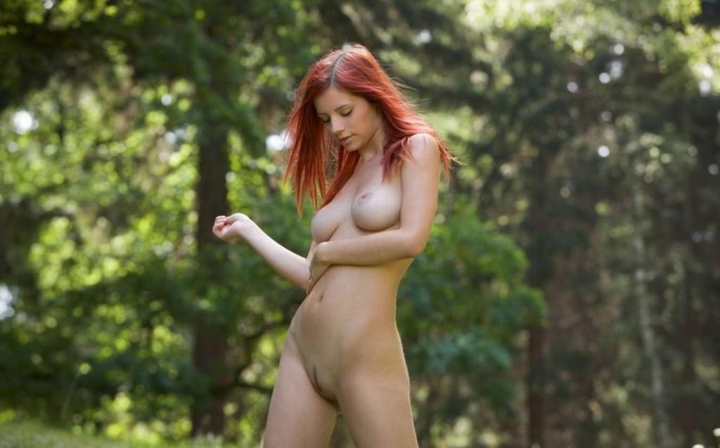 Сексуальная рыжая модель Ariel