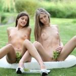 Две голые девушки с виноградом