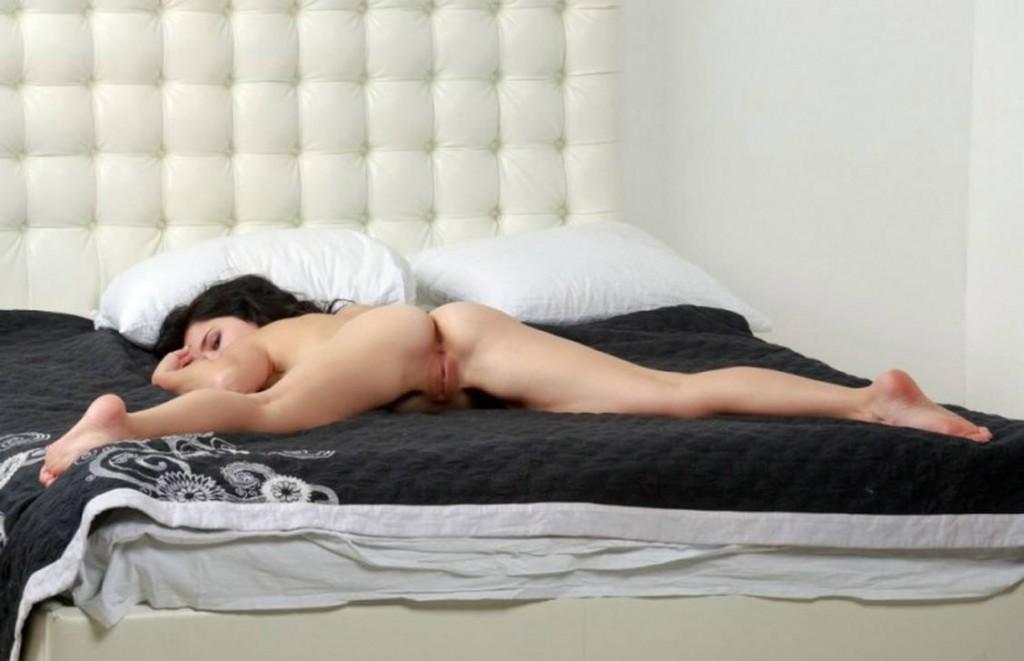 Красивая голая девка