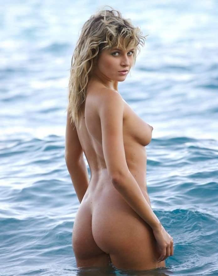 Блондинка сняла купальник