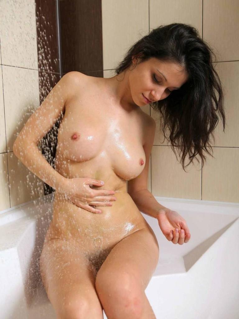 Красивая голая девушка в ванной