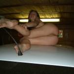 Брюнетка на крыше автомобиля