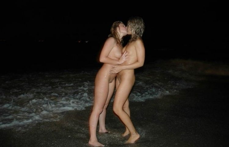 Лесбиянки ласкают друг друга