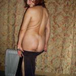 Жена позирует голая