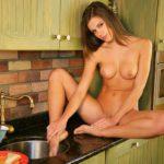 Сексуальная девушка на кухне