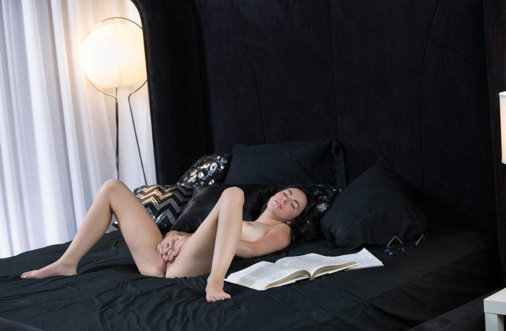 Девушка мастурбирует вибратором