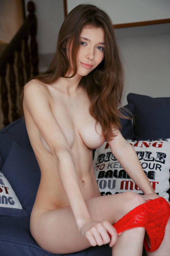 Красивая молодая девушка с большими сиськами