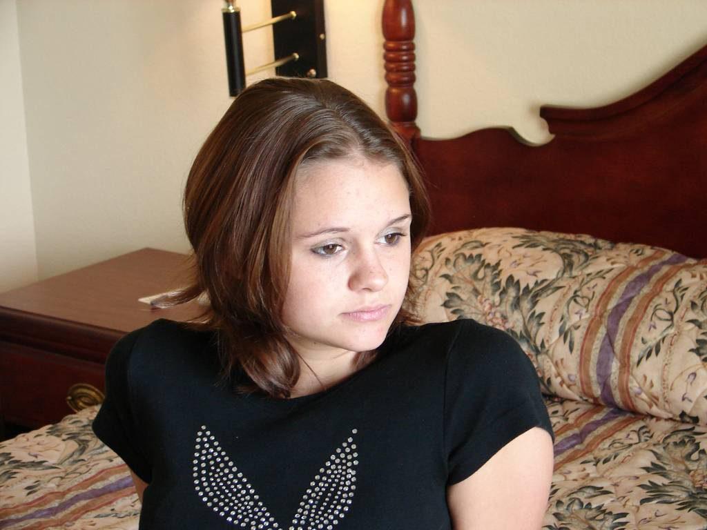 Молодая девушка показывает киску