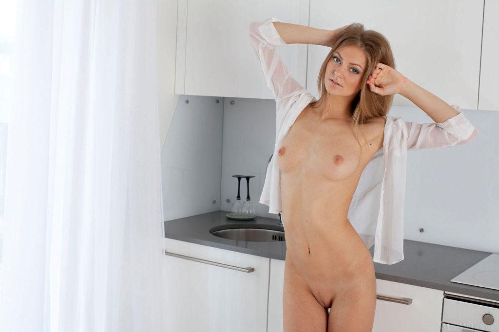 Молодая показала письку на кухне