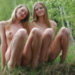 Две голые девушки показали пизду крупно