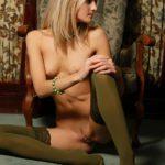 Ножки в чулках голой блондинки