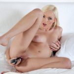 Голая девушка мастурбирует вибратором