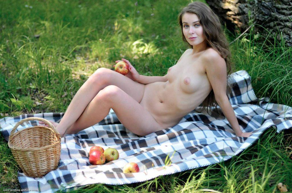 Голая на пикнике шатенка
