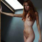 Рыжая девка голая перед камерой