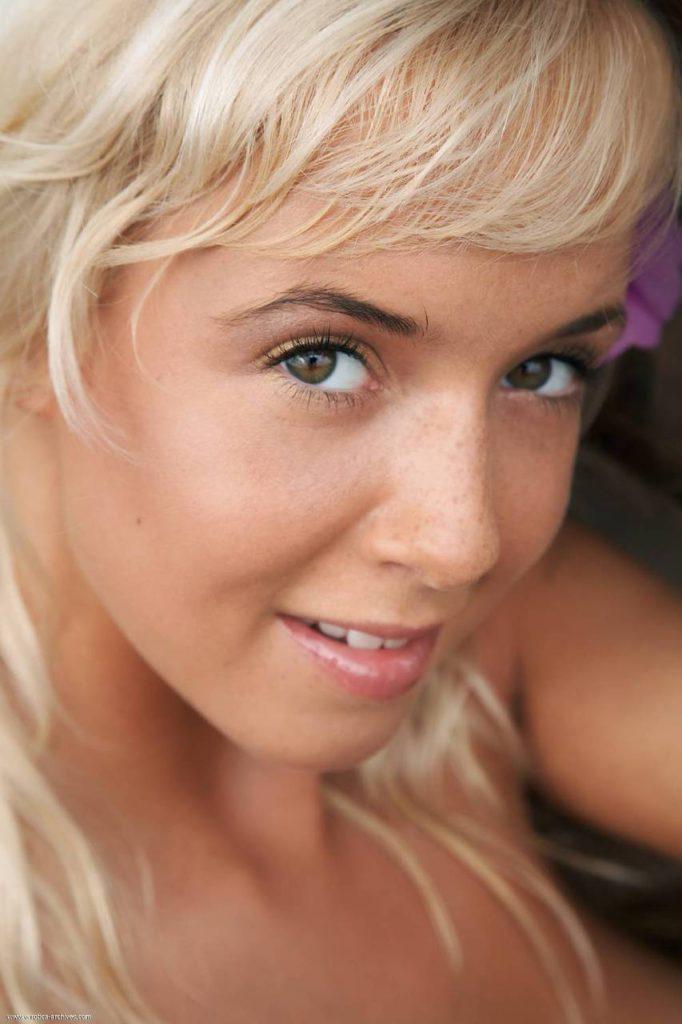 На фото пизда блондинки
