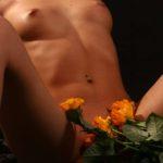 Cексуальное тело голой шатенки
