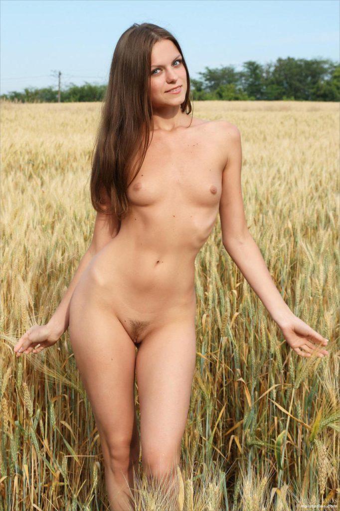 Лучшие эротические фото молодых девушек на природе