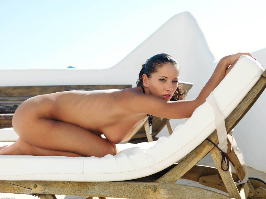 Сексуальные эротические фото темноволосой модели