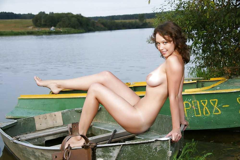 Эротические фото на природе голой шатенки