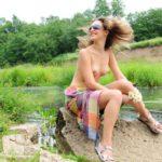 Девка на фото с пирсингом и голыми сиськами