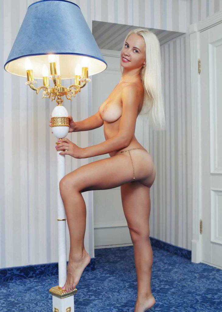 Голая худая блондинка в номере отеля