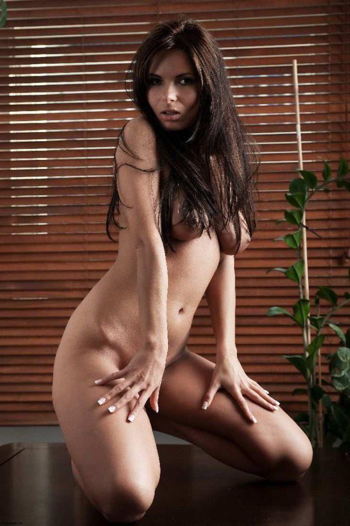 Красивая частная эротика голой брюнетки