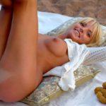 Горячая голая блондинка на пляже