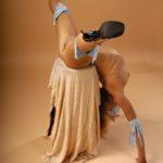Обнаженная гимнастка за работой