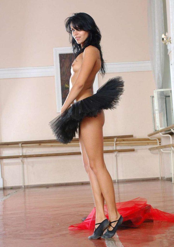 Балерина без трусиков засветила киску и сиськи