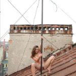 Голая на крыше девушка показывает киску