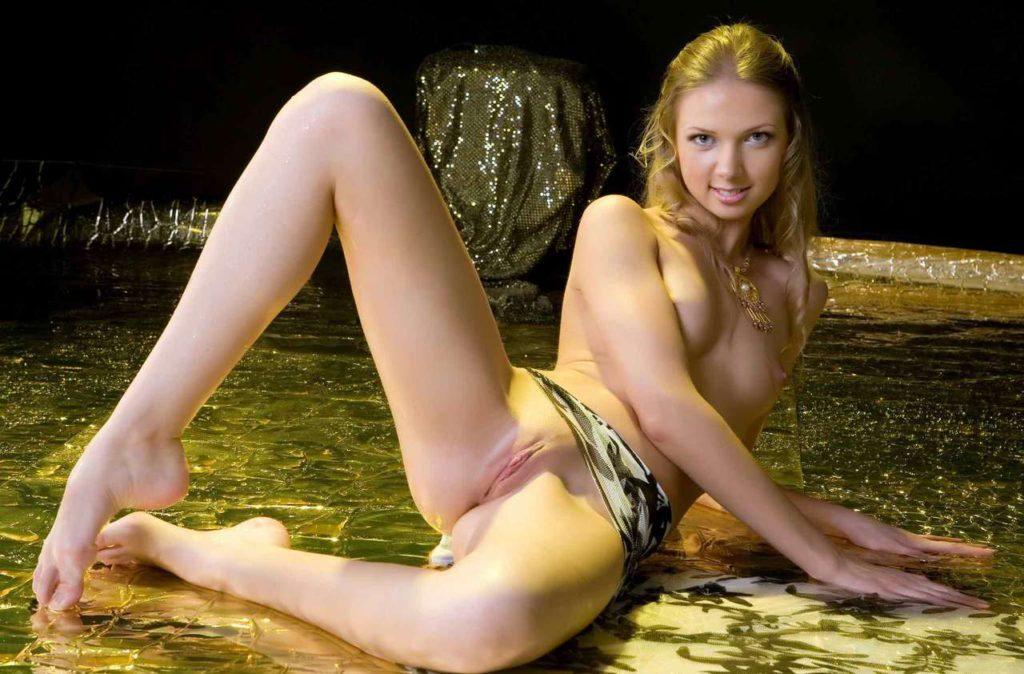 Мокрая голая блондинка раздвинула ноги