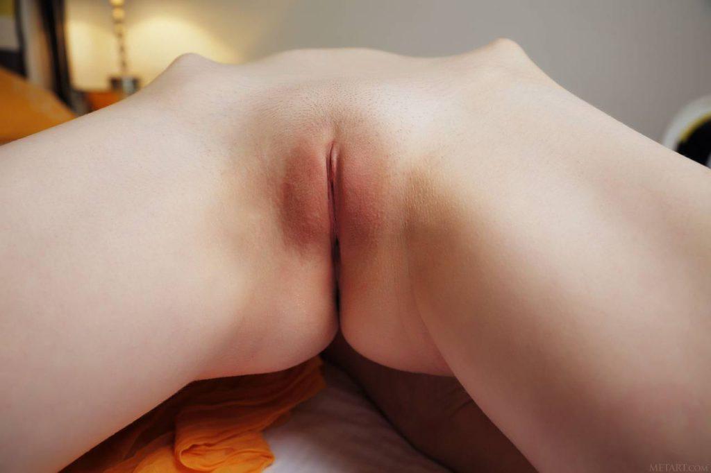Шатенка с большими сиськами позирует голой