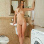 Голая студентка в ванной