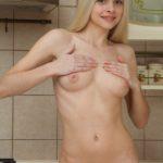 Блондинка на кухне раздевается и показывает пизду
