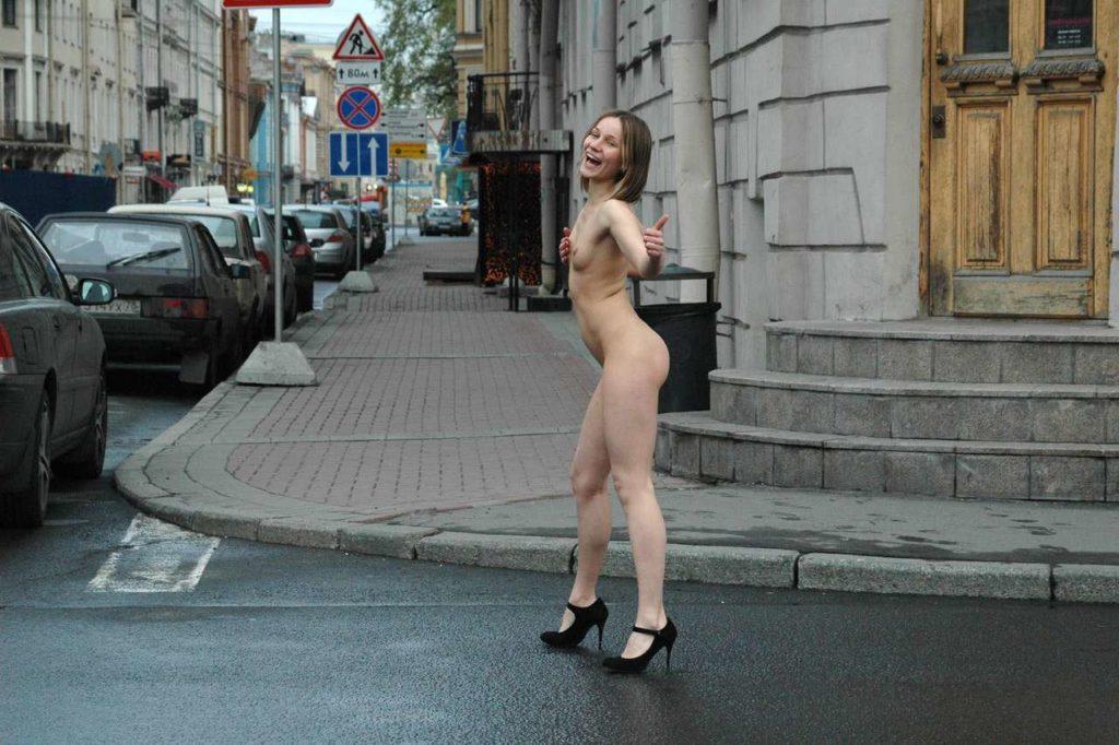 Голая на трассе девушка