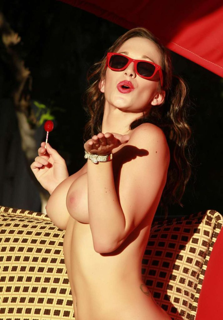 Девушка с чупачупсом во рту ласкает киску
