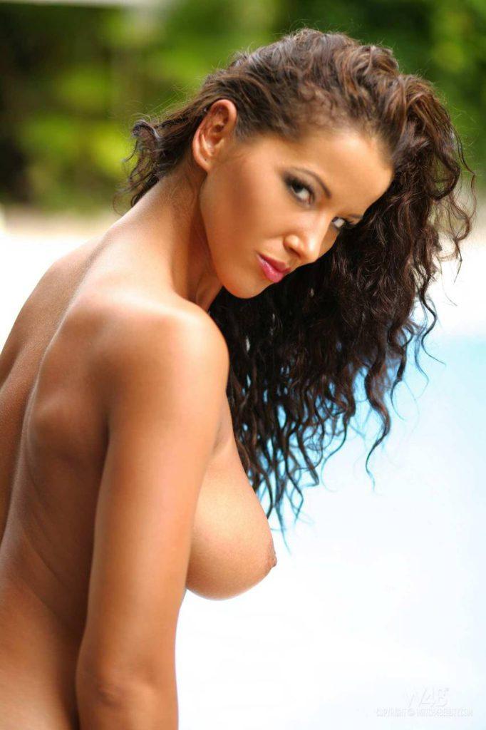 Голая бразильская девушка с большими сиськами