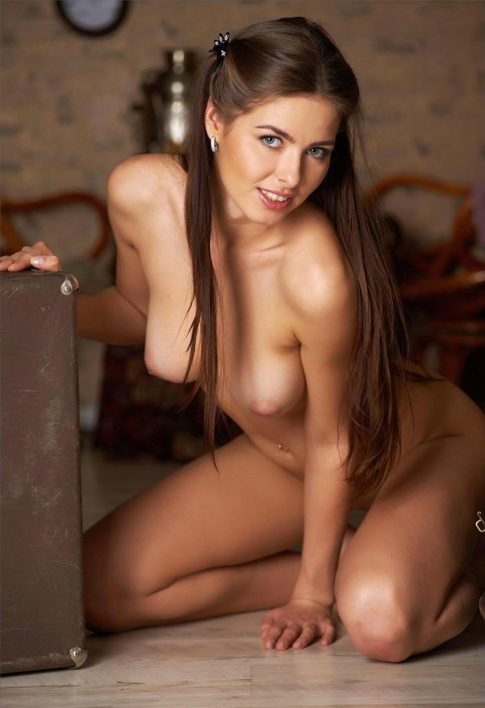 Молодая голая студентка в ретро студии