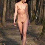 Красивая девчонка раздевается на улице